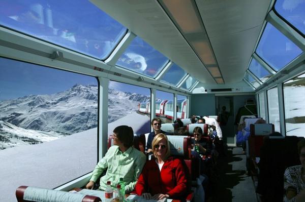 Dengan kereta Glacier Express ini, menikmati indahnya pemandangan pegunungan Swiss tak terhalang apapun /dym