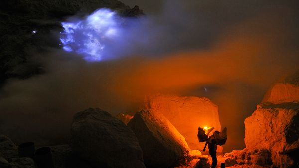 Fenomena Blue Fire di Kawah Ijen di Banyuwangi (Foto: twicsy)