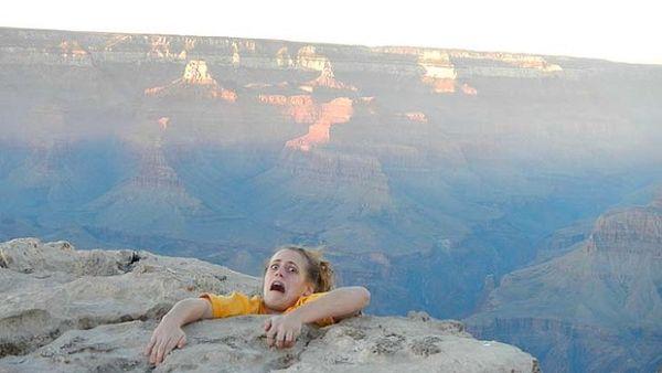 Foto perempuan akan terjatuh dari Gran Canyon (Foto: SMH)