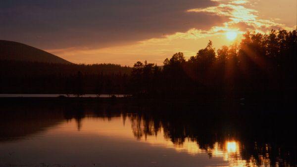 Matahari tengah malam di Lapland, Finlandia (Foto: kakslauttanen)