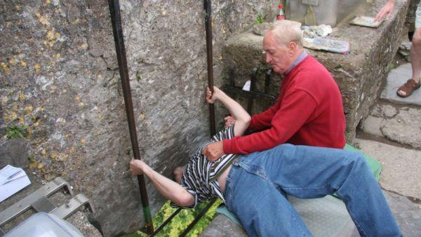 Turis mencium Batu Blarney di Irlandia (Foto: syque)