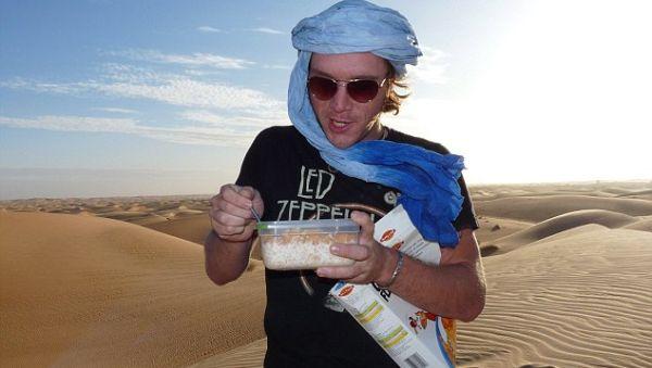 Mick Hobday dan sereal lokal di Sahara (Foto: Dailymail)