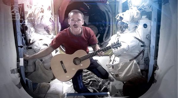 Astronot menyanyi (Foto: The Sun)