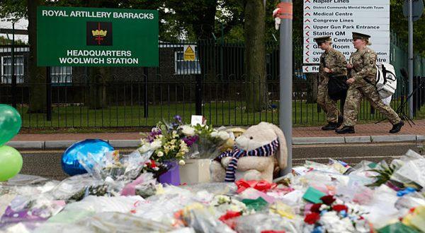 Foto : Tabur bunga di depan barak militer Inggris (Reuters)