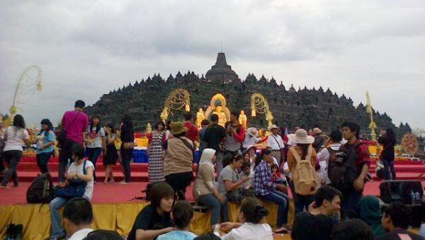 Suasana ramai Candi Borobudur saat perayaan Waisak (Foto: Mutya/Okezone)