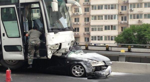 Mobil yang ditabrak (Foto: Daily Mail)