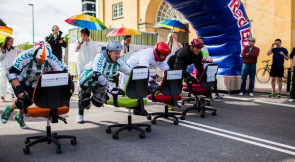 Balapan kursi kantor (Foto: Metro)
