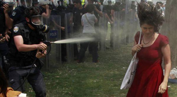 Perempuan Bergaun Merah dalam Demonstrasi Turki (Foto: France24)