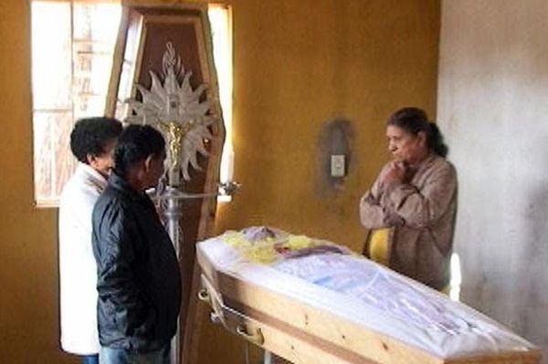 Jasad de Souza ketika disemayamkan keluarga. (Foto: Mirror)