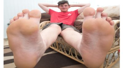 Sam dengan kaki besarnya (Foto: The Sun)