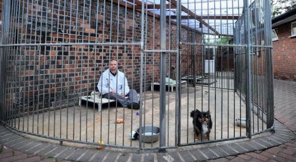 Sean yang berada di kandang anjing (Foto: Mirror)