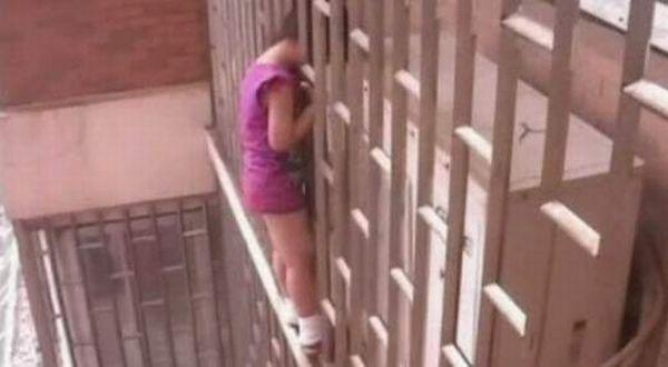 Seorang remaja yang terjepit di pagar (Foto: Sky News)