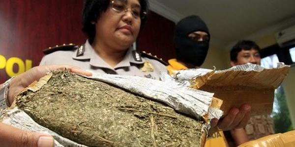 Foto Julia Rasyidin, artis yang diduga diamankan BNN saat razia di Kemang, 11 Mei 2013