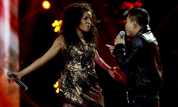 Nowela saat berduet dengan Anang Hermansyah (Foto: Arif Julianto/Okezone)