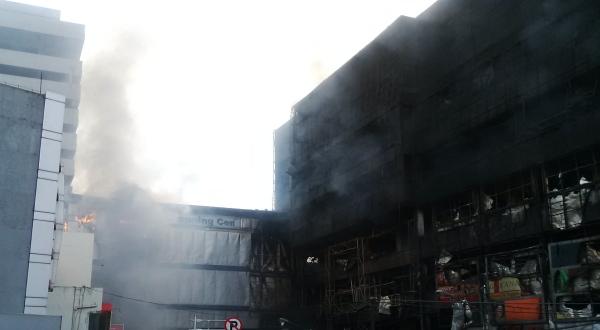 Asap mengepul dari gedung Mal King's yang terbakar (Tri Ispranoto/Okezone)