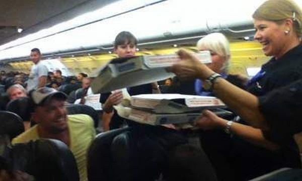 Pilot Belikan Pizza untuk 160 Penumpangnya