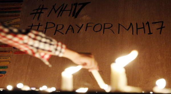Doa untuk penumpang MH17 (Foto: Reuters)