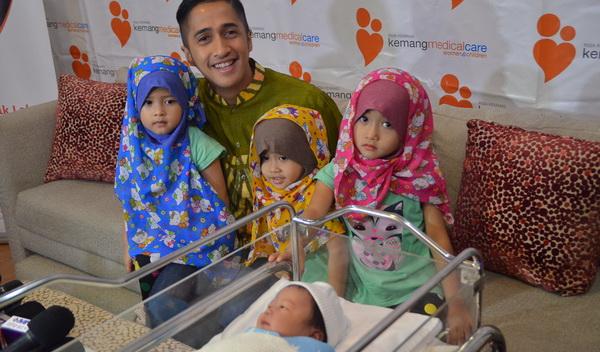 Irfan Hakim dan anak-anaknya (Foto: Egie/Okezone)
