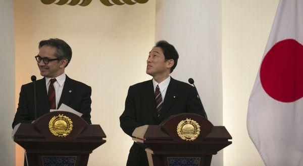 Menlu Marty dengan Menlu Jepang (Foto: Reuters)