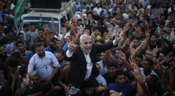 Jubir Hamas Fawzi Barhoum rayakan kemenangan atas Israel (Foto: Reuters)