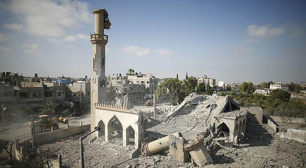 Mesjid Gaza hancur dibom pesawat Israel. (Foto: Reuters)