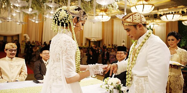 cincin kawin keduanya berlapis emas dan darah, sehingga warnanya menjadi kemerahan