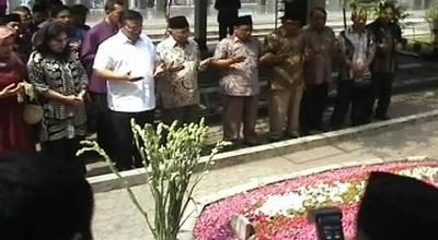 Agung Laksono di makam Gus Dur (Dok: Sindo TV/Mukhtar Bagus)
