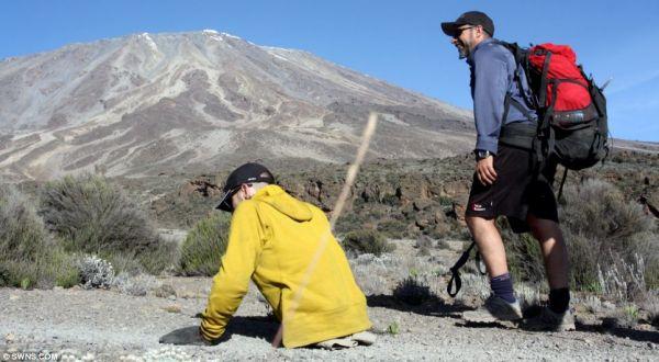 Foto : West Spencer mendaki gunung (swns)
