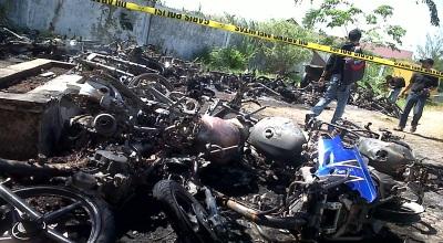 Bangkai sepeda motor yang dibakar di Banda Aceh (Foto: Okezone/Salman M)