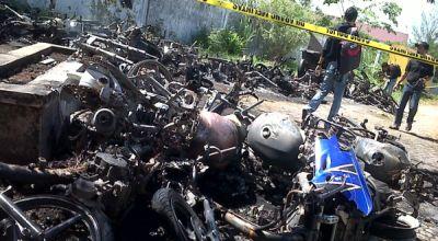 Motor pemuda yang dibakar pascabentrok (Foto: Salman/okezone)