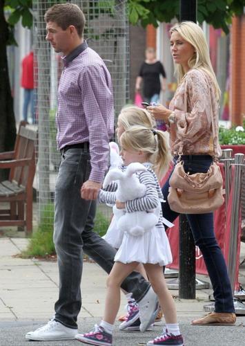 Steven Gerrard bersama istri dan kedua anaknya/Mercury Press & Media Ltd