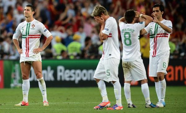Cristiano Ronaldo hanya bisa menerawang di saat rekan-rekannya menyesali kekalahan Portugal dalam adu penalti dari Spanyol/Getty Images
