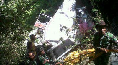 Mobil L-300 yang jatuh ke jurang (Foto: Daud/ warga)