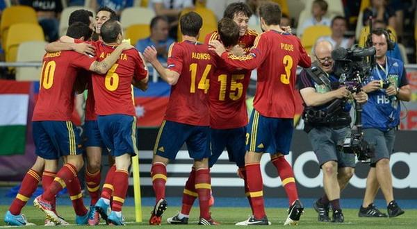 Para pemain Spanyol merayakan gol (Foto: Getty)