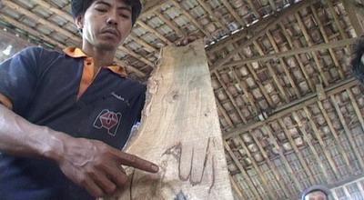 Ilustrasi, lafal Allah terlihat di kayu