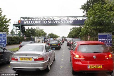 Sekitar Silverstone macet gara2 hujan. (Foto: Dailymail)