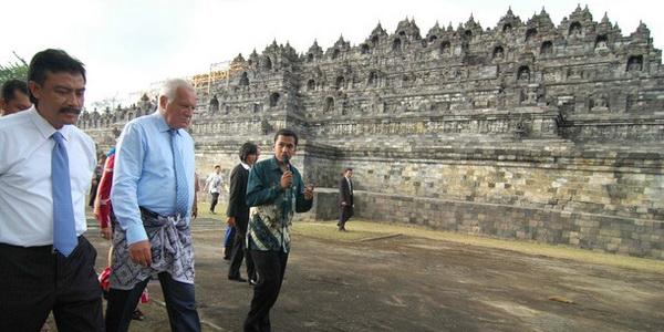 Presiden Ceko Vaclav Klaus didampingi Menpora Andi Mallarangeng saat berkunjung ke Candi Borobudur di Magelang (Foto: daylife)