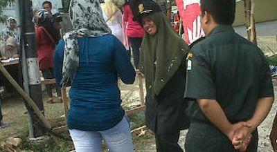 Petugas WH menasihati seorang wanita yang terjaring razia (foto: Salman/okezone)