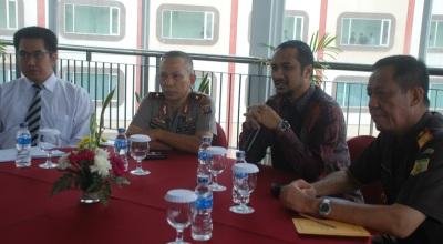 Abraham Samad (dua dari kanan) di Balikpapan (Foto: Okezone/Amir S)