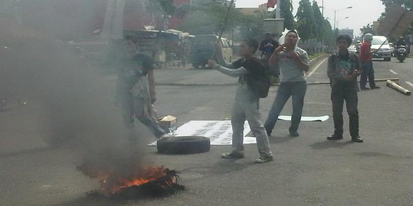 Mahasiswa tuntut penyelesaian kasus pemukulan terhadap rekan mereka (foto: Irwansyah/ Okezone)