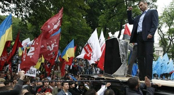 Vitaliy Volodymyrovych Klychko di depan para pendukung partainya (Foto: Reuters)