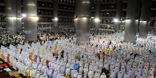 Ribuan umat Islam melaksanakan Salat Tarawih di Mesjid Istiqlal (foto: Andika P.)