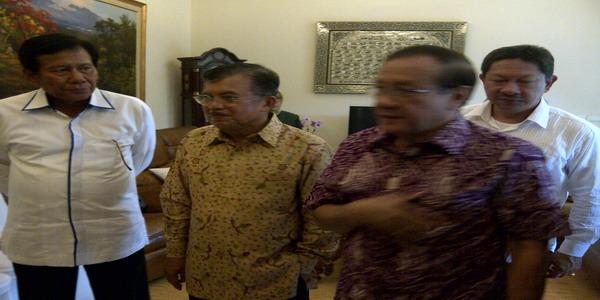 Jusuf Kalla (tengah)