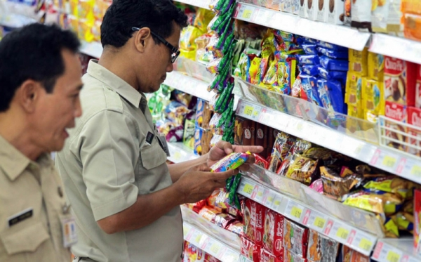Petugas lakukan sidak makanan ke supermarket (Foto: Okezone)