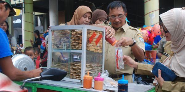 Pengambilan sampel makanan (foto: Amir S/okezone)