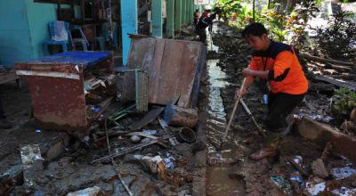 foto : Pembersihan Lumpur Banjir Bandang (Rus Akbar/ Okezone)