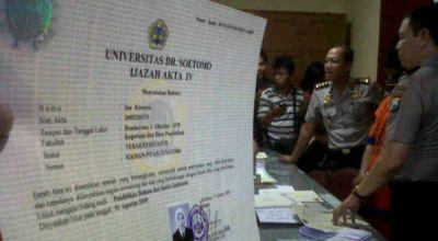 Ilustrasi ijazah palsu, kasus di Surabaya (Foto: NUrul A/okezone)