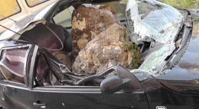 Batu yang menimpa mobil (Foto: Orange)