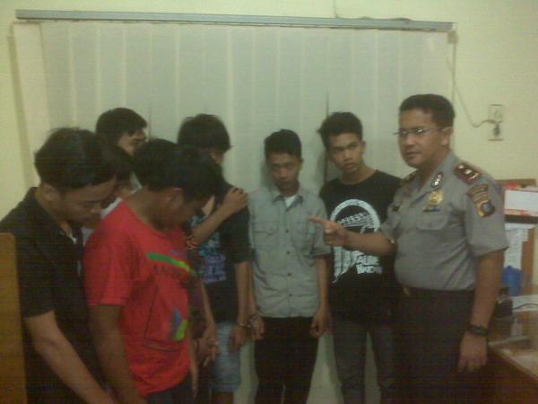 Delapan tersangka geng motor perampas & perusak mobil di Medan di amankan aparat (Foto: Wahyudi/okezone)