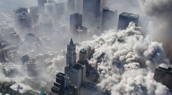 Serangan terhadap menara kembar WTC (Foto: AP)